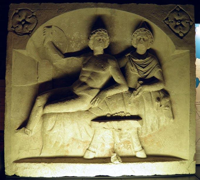 Mitra y el dios del Sol disfrutan de un banquete sobre la piel del toro sacrificado, relieve romano del 130 d. C. aproximadamente. Mitra era un antiguo dios persa de la luz y la oscuridad al que algunos romanos absorbieron en su propia religión. Algunos afirman que Mitra inspiró parte de las creencias relacionadas con Jesús. (Foto: Carole Raddato/Wikimedia Commons)