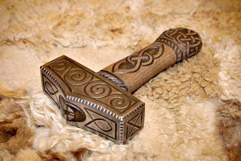 El objeto más representativo de Thor —y su arma preferida— es el martillo de guerra Mjolnir, creado por enanos, y que nunca falla en su blanco. (La Gran Época)