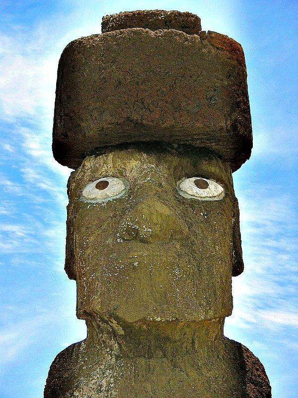 Actualmente la isla de Pascua es Patrimonio de la Humanidad. En la imagen, fotografía del moai de Ahu Tahai, cuyos ojos fueron restaurados con coral por el arqueólogo estadounidense William Mullo. (Bjarte Sorensen/Public Domain)