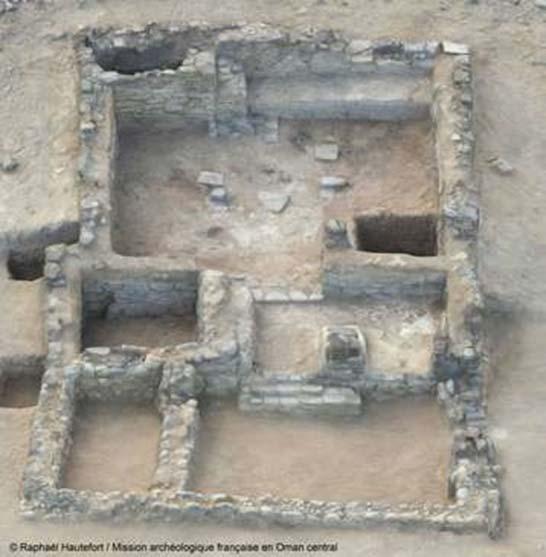 Modelo tridimensional del edificio principal de Mudhmar Este, Omán (la sala donde fueron descubiertas las antiguas armas se encuentra en la parte central del edificio, a la izquierda). (Imagen: © Raphael Hautefort / Mission archéologique française en Oman central)