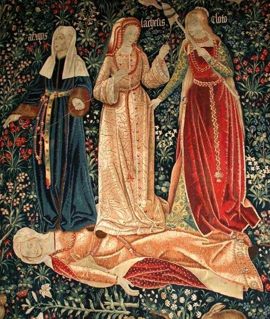 Las Moiras: Cloto, Láquesis y Átropos, que hilan, miden y cortan el hilo de la Vida, representan a la Muerte en este tapiz flamenco del siglo XVI. Aquí los Destinos triunfan sobre el cuerpo caído de la Castidad. (Wikimedia Commons)