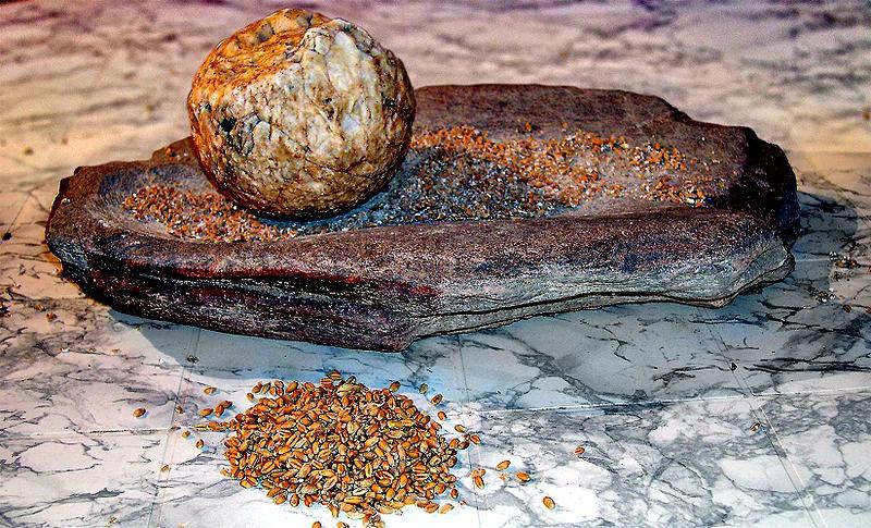 Molino neolítico de vaivén empleado para moler cereales. (José-Manuel Benito/CC BY-SA 2.5)