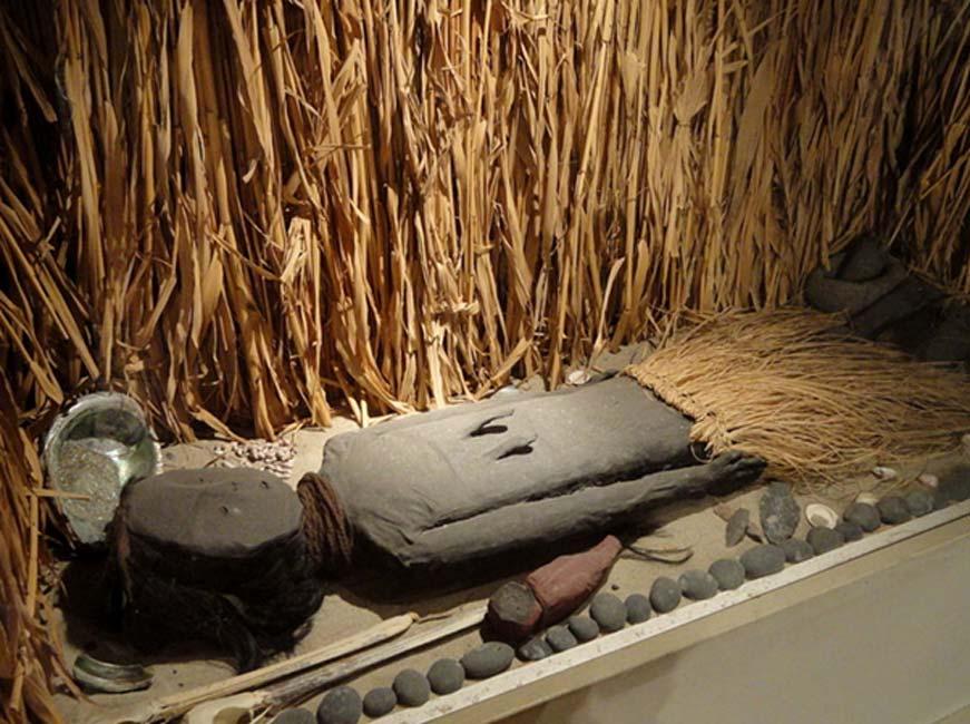 Momia Chinchorro, costa sur de Perú / costa norte de Chile, 5000 a. C. – 2000 a. C., Museo de San Diego (Public Domain)