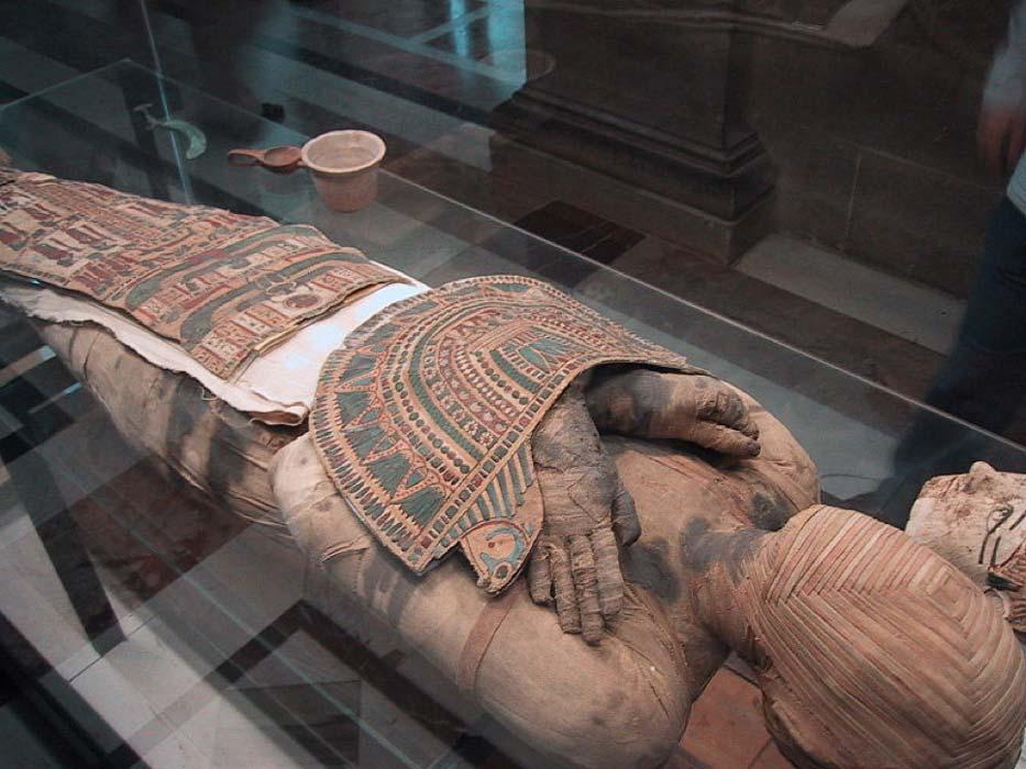 El rostro de la momia está cubierto por un original diseño de cuadrados concéntricos realizado con tiras de lino. (CC BY-SA 3.0)
