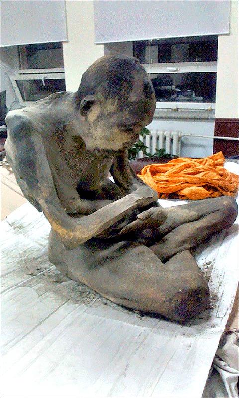 Según sus seguidores, esta extraña momia sigue viva. (Fotografía: Siberian Times)