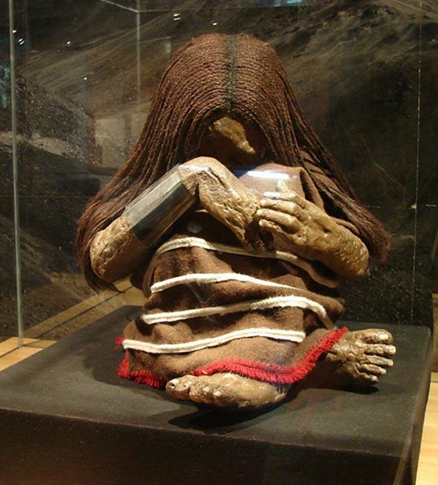 Réplica de la momia del cerro El Plomo expuesta en el Museo Nacional de Historia Natural de Santiago de Chile. (Jason Quinn/CC BY SA 3.0) Los expertos creen que se trata de los restos de un niño sacrificado.