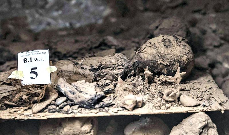 Imagen de otra de las 17 momias halladas recientemente en Egipto. (Fotografía: El País/Khaled Desouki/AFP)