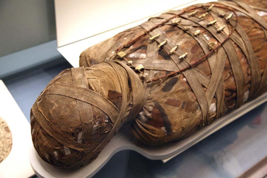 Momia egipcia sometida a estudio en un laboratorio (Bigstock)