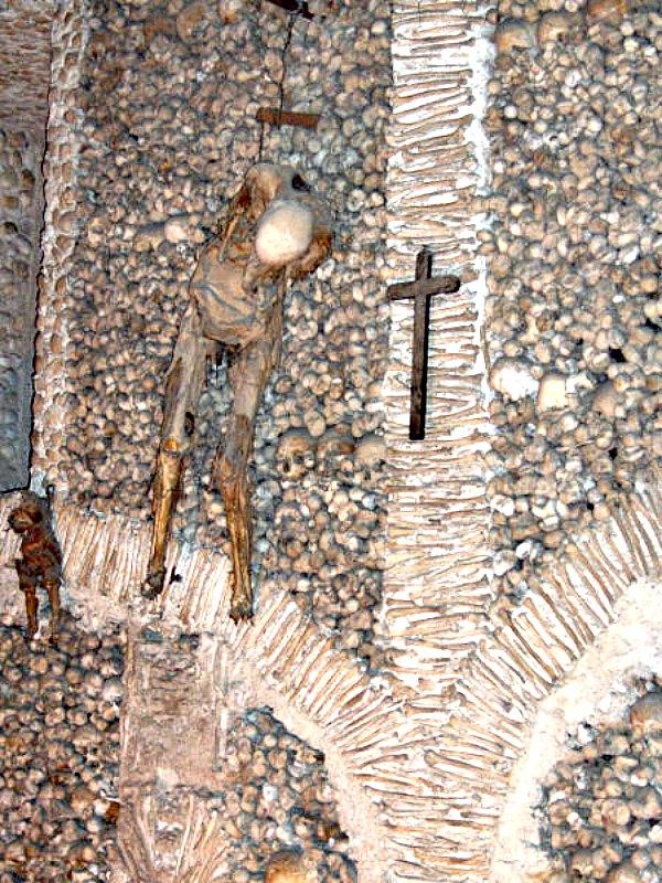 Dos momias humanas, correspondientes a un hombre adulto y a un niño de corta edad, aparecen encadenadas a una de las paredes de la capilla. (Georges Jansoone/ CC BY-SA 2.5)