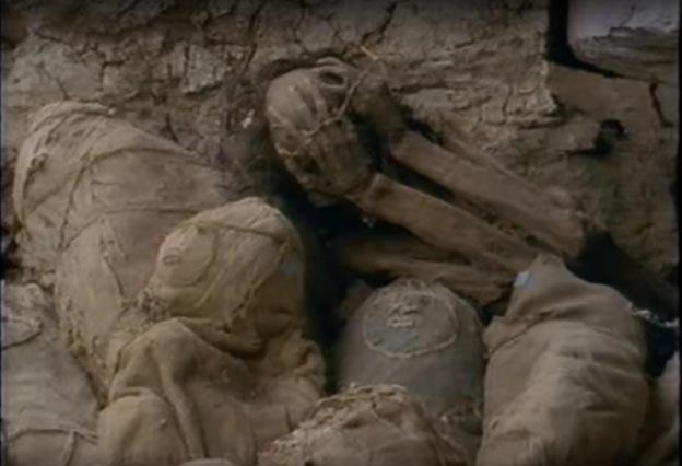 Algunas de las momias aún envueltas junto a otra que los saqueadores dejaron al descubierto. (Captura de pantalla de Youtube)