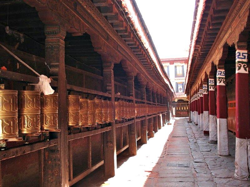Fotografía del interior del Monasterio de Jokhang, en Lhasa, recinto sagrado que el rey tibetano Langdarma convirtió en un matadero. (Public Domain )