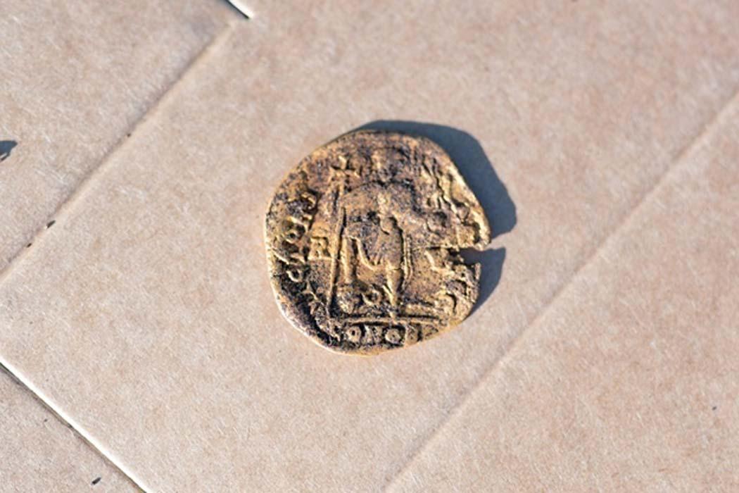La moneda recientemente desenterrada en Sandby Borg. (Daniel Lindskog)