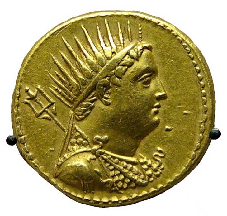 Moneda de oro con la efigie de Ptolomeo III emitida por Ptolomeo IV para honrar a su padre deificado. (Dominio público) Ptolomeo III trató de añadir un día extra al año solar egipcio para que los egipcios honraran al faraón y a su esposa como dioses.