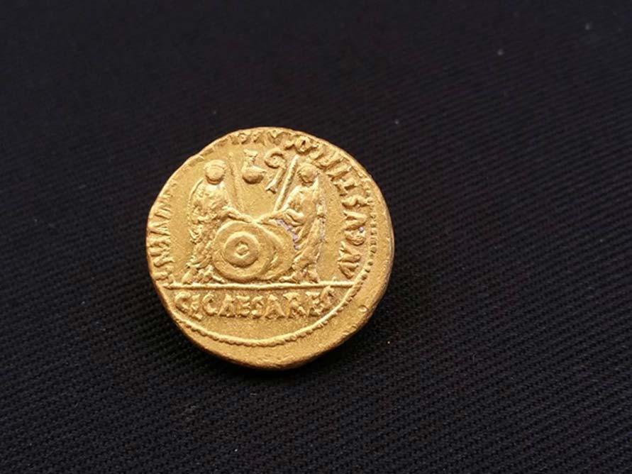 Una de las monedas romanas descubiertas en los antiguos barcos naufragados (Fotografía: Ministerio de Antigüedades de Egipto)