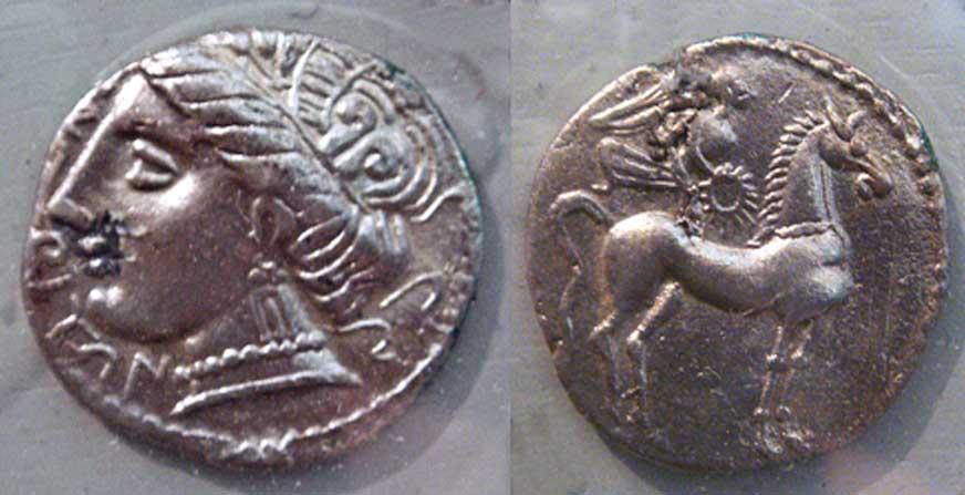 Monedas halladas en Ampurias, siglos V a. C. y I a. C. respectivamente. (CC BY SA 3.0)