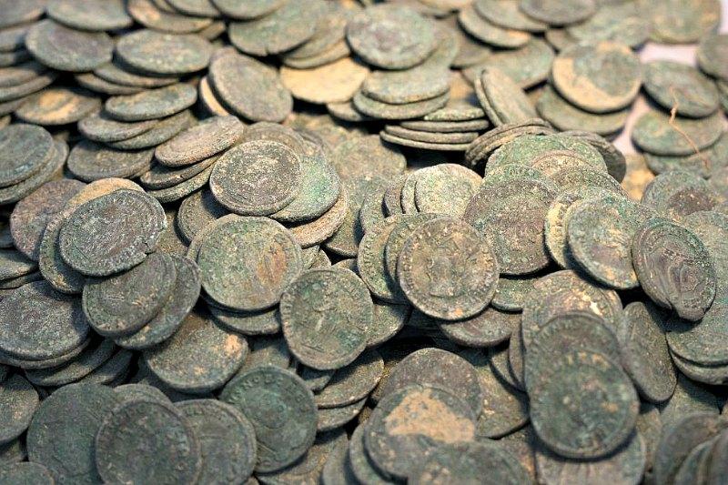 Primer plano de algunas de las monedas romanas recuperadas. El tesoro descubierto está formado por decenas de miles, y las estudiadas hasta el momento son en su gran mayoría de bronce y pertenecen a los siglos III y IV. (Fotografía: El País/Paco Puentes)