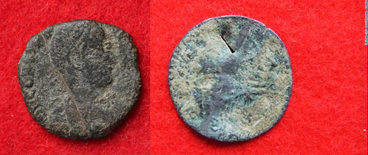 Dos de las monedas halladas en el Castillo Katsuren: A la izquierda, moneda romana (Consejería de Educación de Uruma), a la derecha, moneda otomana (Consejería de Educación de Uruma)