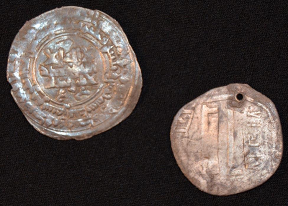 Las dos monedas de plata halladas en la tumba procedían de la región de Oriente Medio que hoy es Afganistán (Museo Silkeborg)