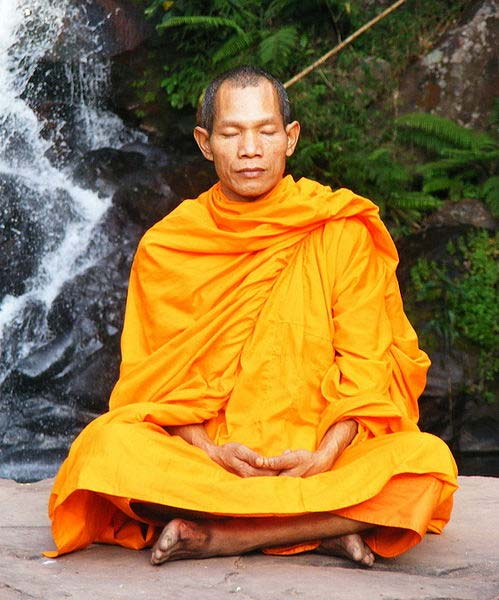 Monje budista en el Parque Nacional de Phu Soidao, Cascada del Parque Nacional de Phu Soidao, Tailandia. (CC by SA 3.0)