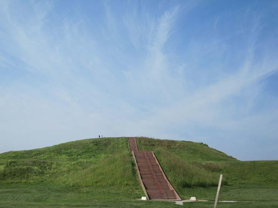 Monk's Mound (Túmulo del Monje) en la ciudad nativa americana abandonada de Cahokia, Illinois. Este monumento se encuentra próximo a Etzanoa. (Public Domain)