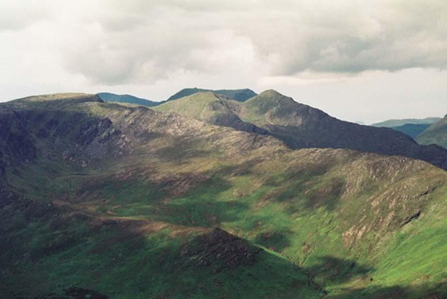 La montaña de Ben Gorm (Binn Ghorm) está a la izquierda de la fotografía, en la cumbre de la larga cresta, con los cimas gemelas de Ben Creggan (Binn un Charragain) en el centro. (CC by SA 3.0 / David Purchase)
