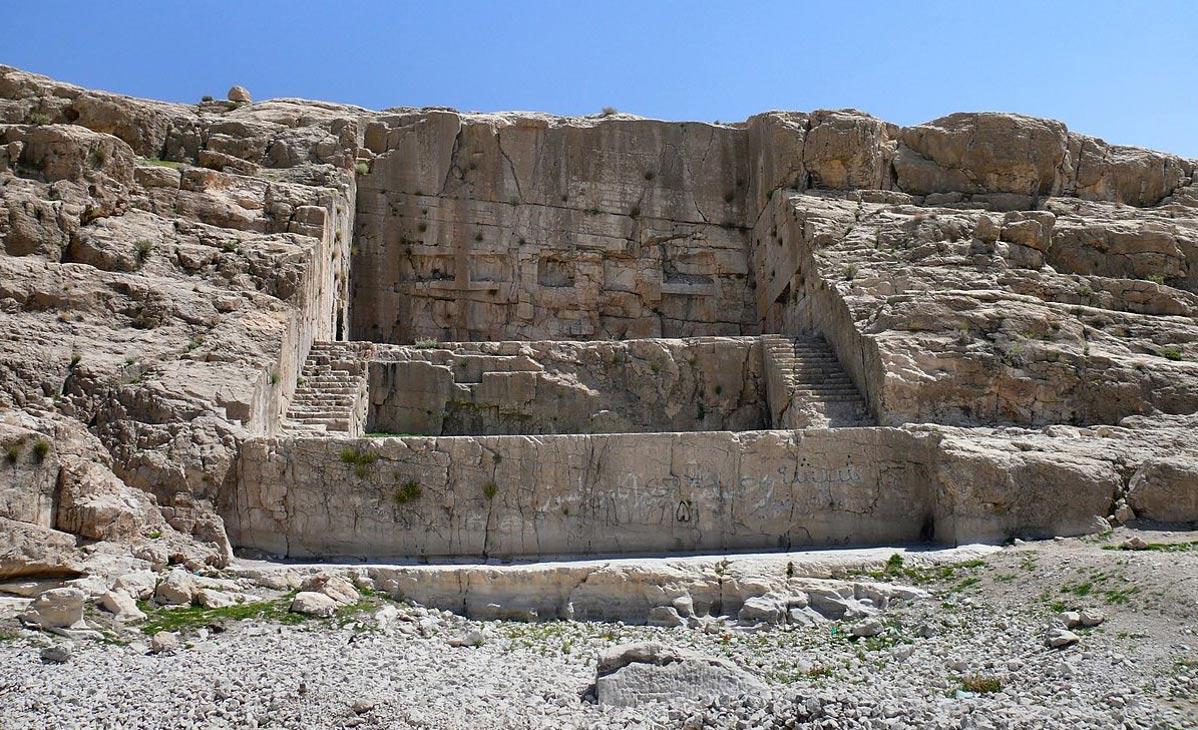 Kuh-e Rahmat, la montaña en la que los Aqueménidas, al excavar la roca, crearon el monumento de Qadamgah, aún en pie en la actualidad. Fotografía de Pontocello, 2009. (Wikimedia Commons)