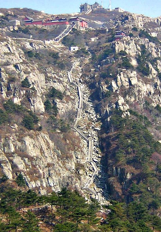 Antigua escalera de piedra que asciende al Monte Tai, en China oriental. (Public Domain)