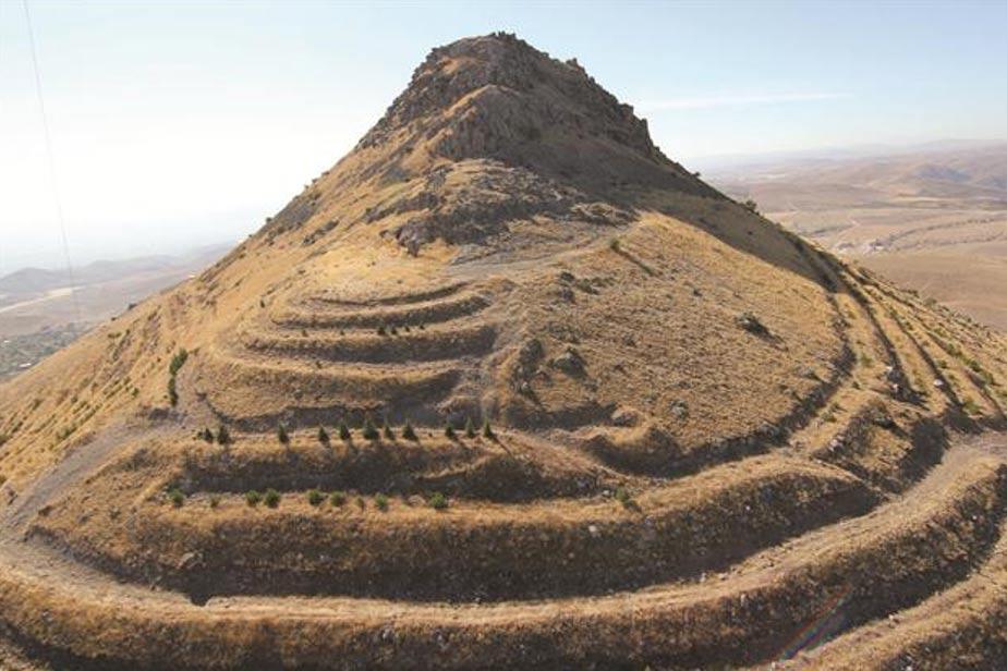 Las ruinas del castillo Geval, construido sobre la cima del monte Takkel, en el distrito de Selçuklu de la provincia turca de Konya. Foto: Hurriyet Daily News.
