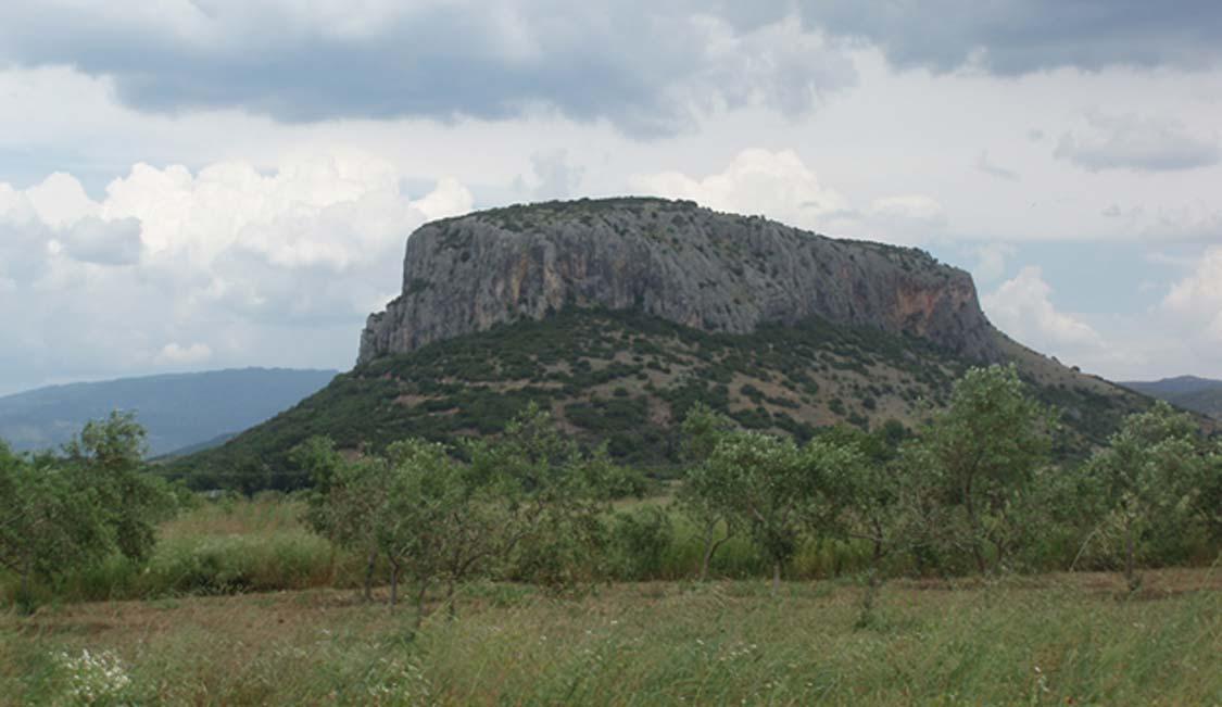 El monte donde se encuentra la cueva de Theopetra, rica en hallazgos arqueológicos. (CC BY-SA 4.0)