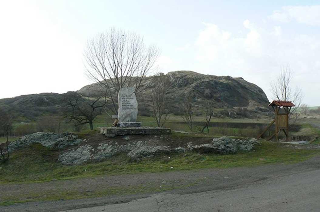 Monumento a la batalla de Rusokastro (1332) situado entre las poblaciones búlgaras de Rusokastro y Zheyazovo (CC BY-SA 3.0)