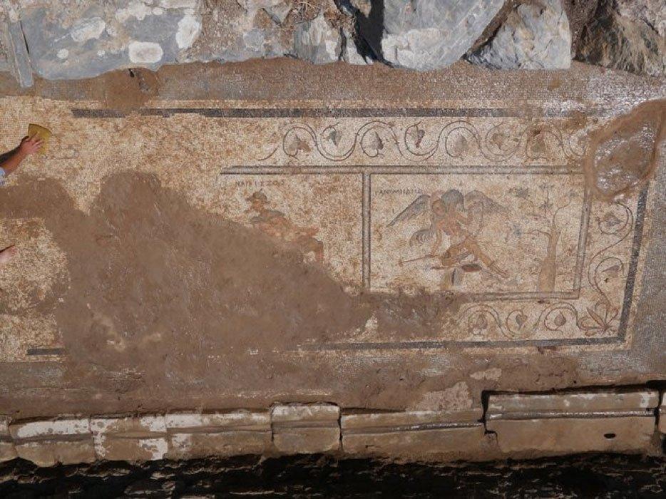 Mosaico encontrado en una letrina del siglo II d. C. perteneciente a la antigua ciudad de Antioquía ad Cragum (situada en lo que hoy es Turquía). Crédito: Excavaciones de Antioquía ad Cragum