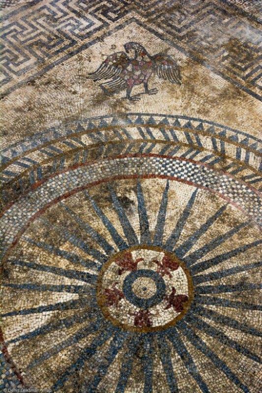 Un águila aparece como motivo ornamental de uno de los mosaicos romanos descubiertos recientemente en Francia. (Fotografía: RT/inrap.fr)
