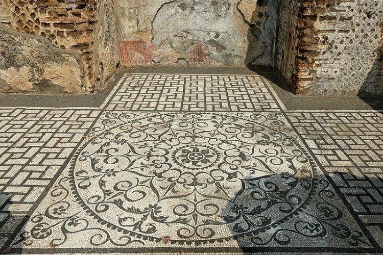 Mosaico blanco y negro en el pavimento del 'Hospitalia' (casa de huéspedes) de la Villa Adriana; en los muros se observan restos de los antiguos frescos y del 'opus reticulatum'. (Public Domain)
