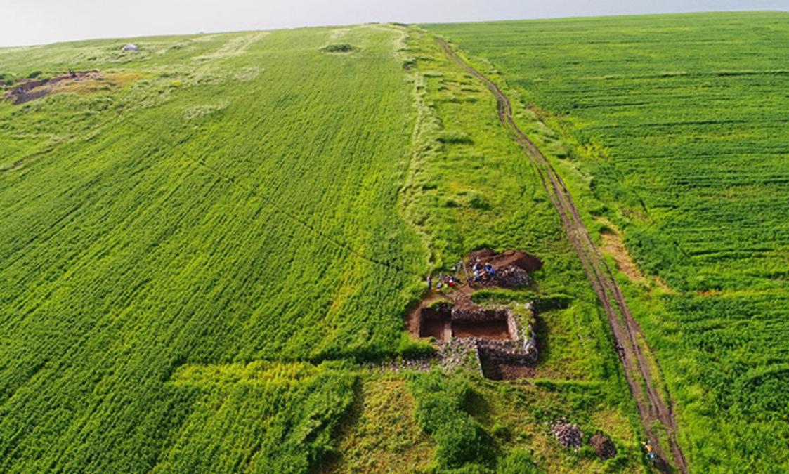 Las ruinas de las murallas de Qalatga Darband se extienden en dirección al lago Dokan. (Mary Shepperson / Museo Británico)