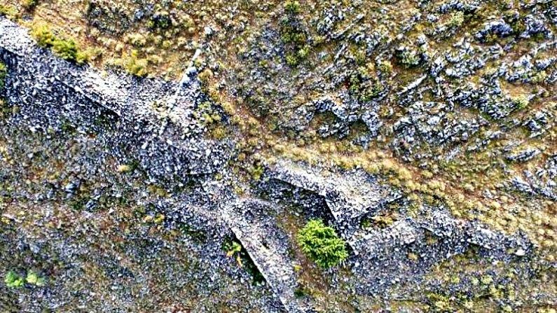 Restos de las murallas de la fortaleza y de las torres y puertas de la ciudad, visibles desde el aire. (Fotografía: ABC/SIA / Efak / YPPOA)