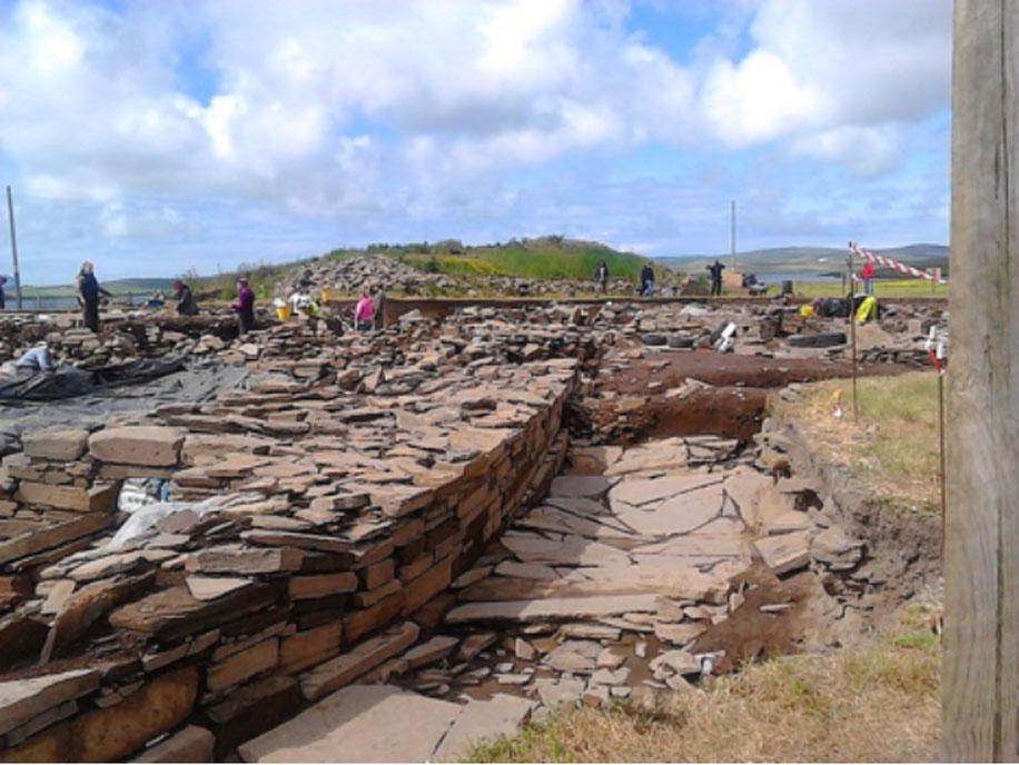 Excavaciones del Ness de Brodgar mirando en dirección sur a lo largo del muro occidental de la estructura nº1. (CC BY SA 4.0)