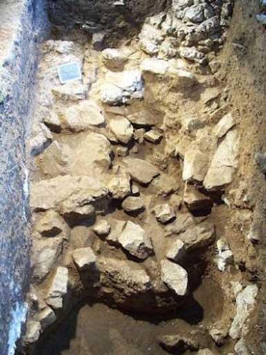 El muro de Teopetra - posiblemente la más antigua estructura conocida realizada por la mano del hombre. (Imagen: Visit Meteora)