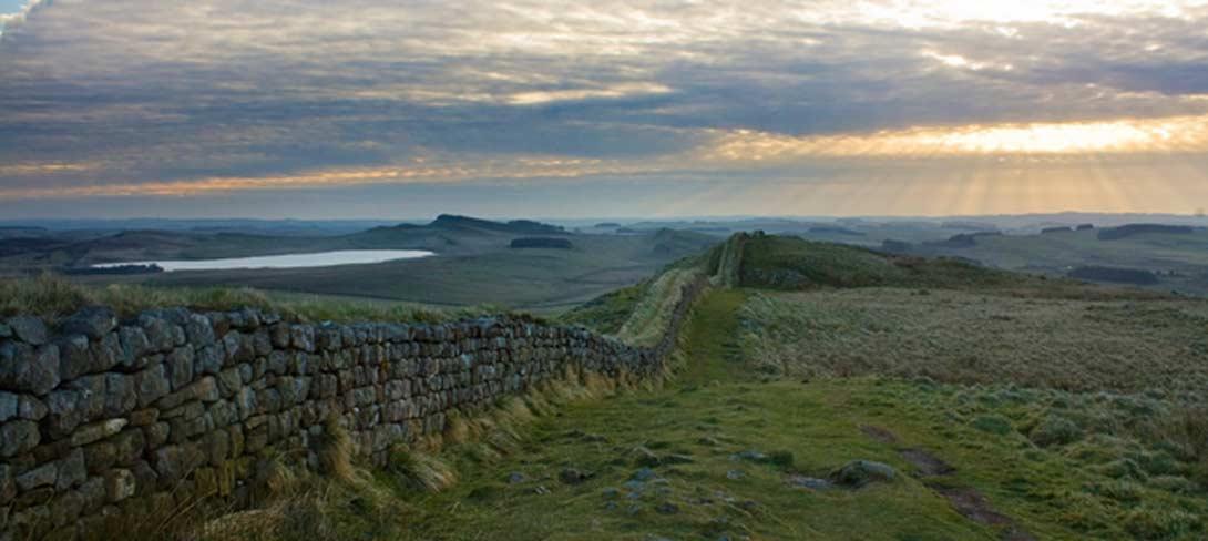 El antiguo asentamiento de Vindolanda se encuentra justo al sur del Muro de Adriano (en la fotografía), aunque es anterior a él. (BigStockPhoto)