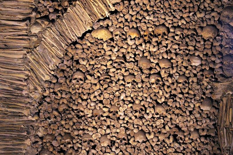 Los fragmentos óseos y gran parte de los cráneos forman parte de la argamasa de los muros de la capilla. (Ken & Nyetta/CC BY 2.0)