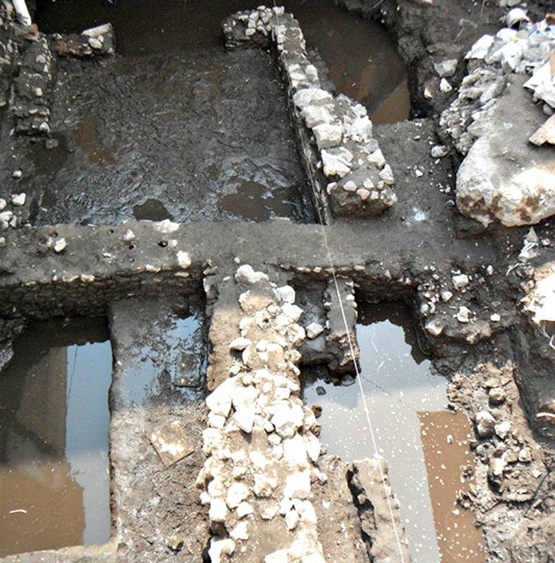 La parte posterior del terreno estudiado se halla muy alterada por diversas conexiones de drenaje, aunque se consiguió localizar los arranques de algunos muros. (Fotografía: Octavio Vargas INAH)
