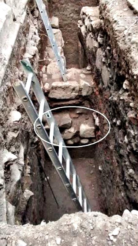 Muro incaico bajo Santiago de Chile. Excavaciones en el Patio Los Naranjos de la Catedral Metropolitana. Se observa el cimiento del muro, posiblemente incaico, con su base de piedras rodadas (guijarros). (Fotografía: La Gran Época/MNHN)