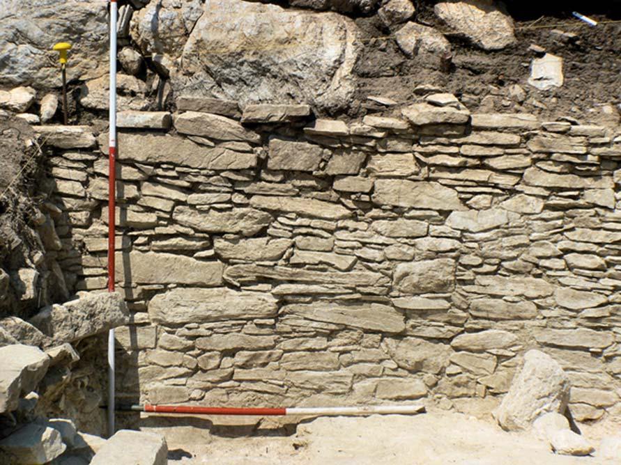 Muro construido con mármol importado de Naxos, Zanja I, Dhaskalio (Imagen: Cambridge Keros Project)