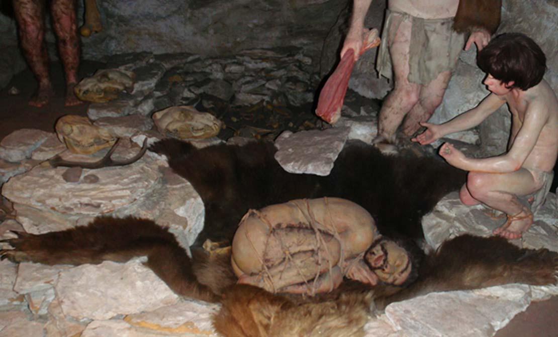 Un análisis científico detallado demuestra que los Neandertales no eran unos brutos. De hecho no sólo enterraban a sus muertos, sino que además los restos de alimentos y flores en sus tumbas indican que hace ya 70.000 años posiblemente creyeran en el más allá. (CC BY-NC SA 2.0)