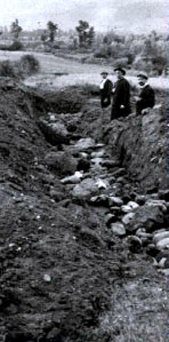 Juan Cabré durante una visita a la necrópolis de Hijes en la provincia española de Guadalajara, en la década de 1930. (Public Domain)