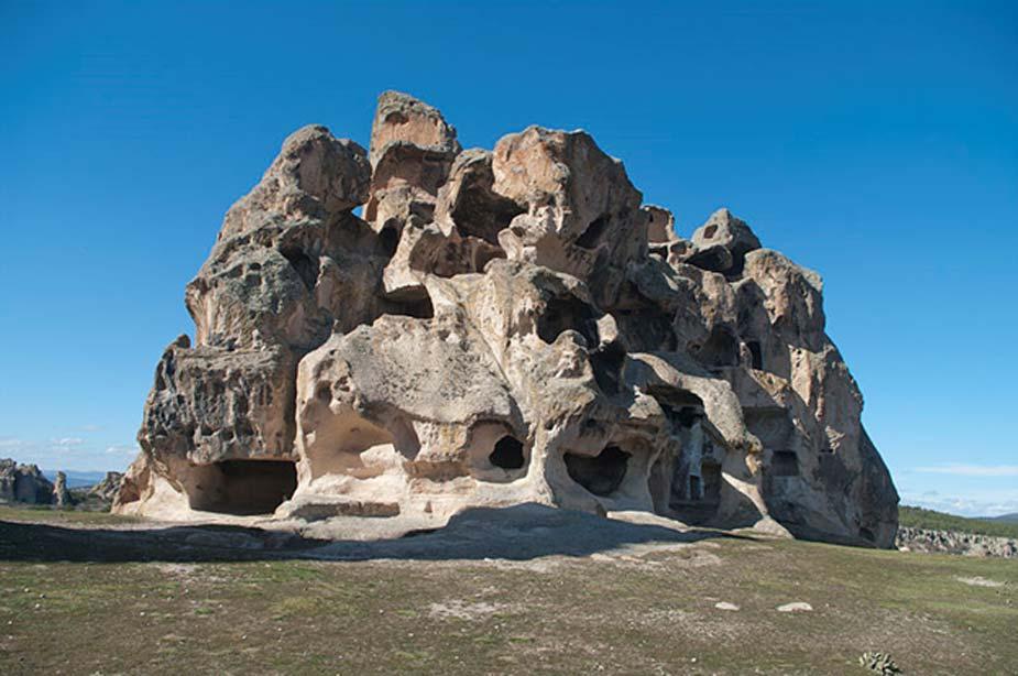"""Vista de la cara nordeste de una necrópolis excavada en la roca con varias tumbas frigias. Esta necrópolis se encuentra al sur del Monumento de Midas, en Yazılıkaya (literalmente """"roca inscrita""""en turco), Eskişehir - Turquía. (Zeynel Cebeci/CC BY SA 4.0)"""