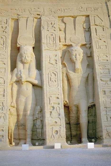 Nefertari aparece representada en este relieve de Abu Simbel con un tamaño similar al de su esposo, un hecho que revela su importante estatus durante el reinado de Ramsés II. (PLOS One photo)