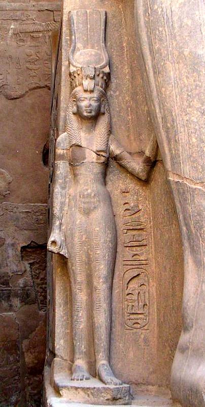 Escultura de la Gran Esposa Real Nefertari al pie de uno de los colosos de Ramsés II en el templo de Luxor. (Neithsabes/GNU FREE)