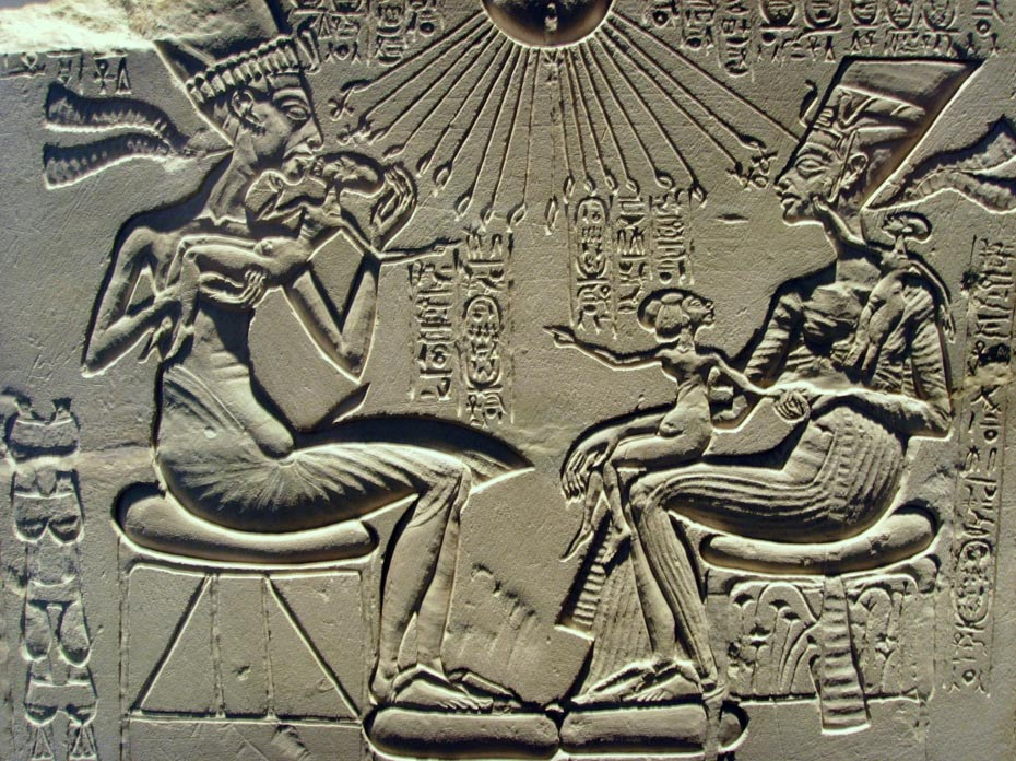 Akenatón, Nefertiti y sus hijos disfrutan de los rayos del sol, Atón, un dios al que Akenatón encumbró por encima del resto. (Foto: Gerbil/Wikimedia Commons)
