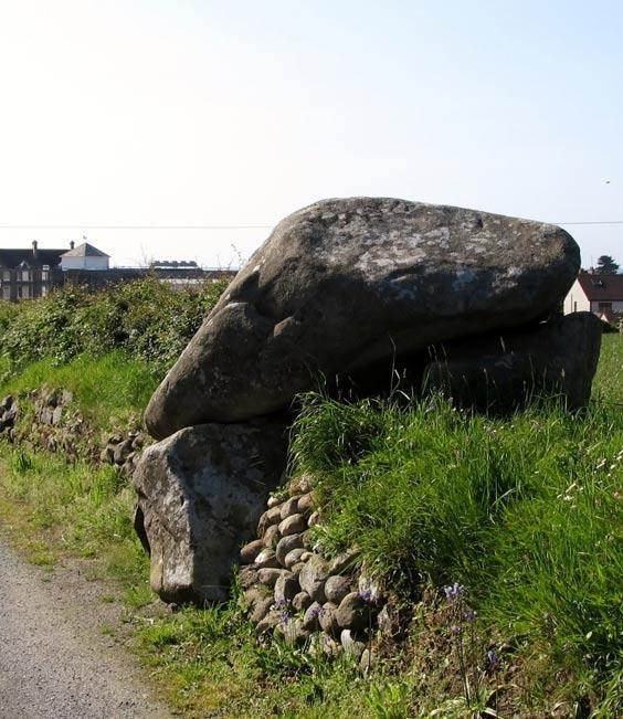 Tumba neolítica en el interior de una cámara funeraria (Kilkeel, Reino Unido); los investigadores afirman que los personajes de alto rango eran enterrados en tumbas como ésta, no en una sencilla fosa con unas pocas piedras marcando el lugar del enterramiento. (Foto: Eric Jones/Wikimedia Commons)