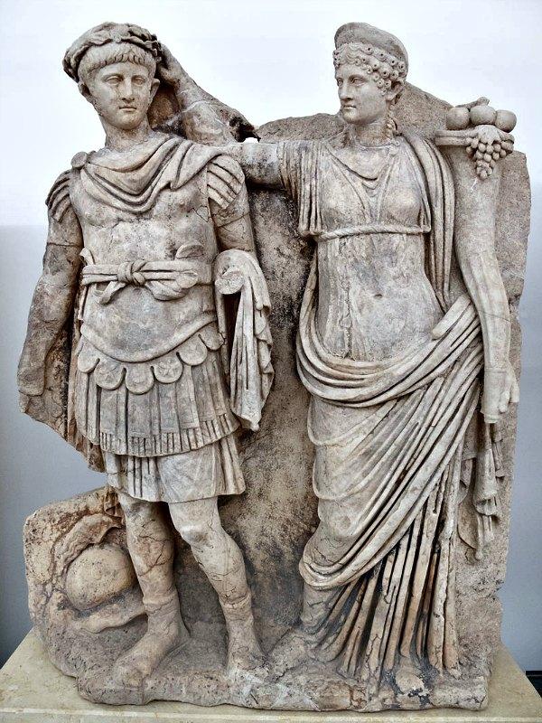 Agripina coronando con laurel a Nerón como símbolo del ascenso al poder de éste. Museo de Afrodisias, Turquía. (Carlos Delgado/CC BY-SA 3.0)
